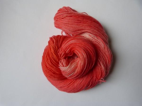 Sockenwolle handgefärbt 100g, Ton-in-Ton Erbeersorbet